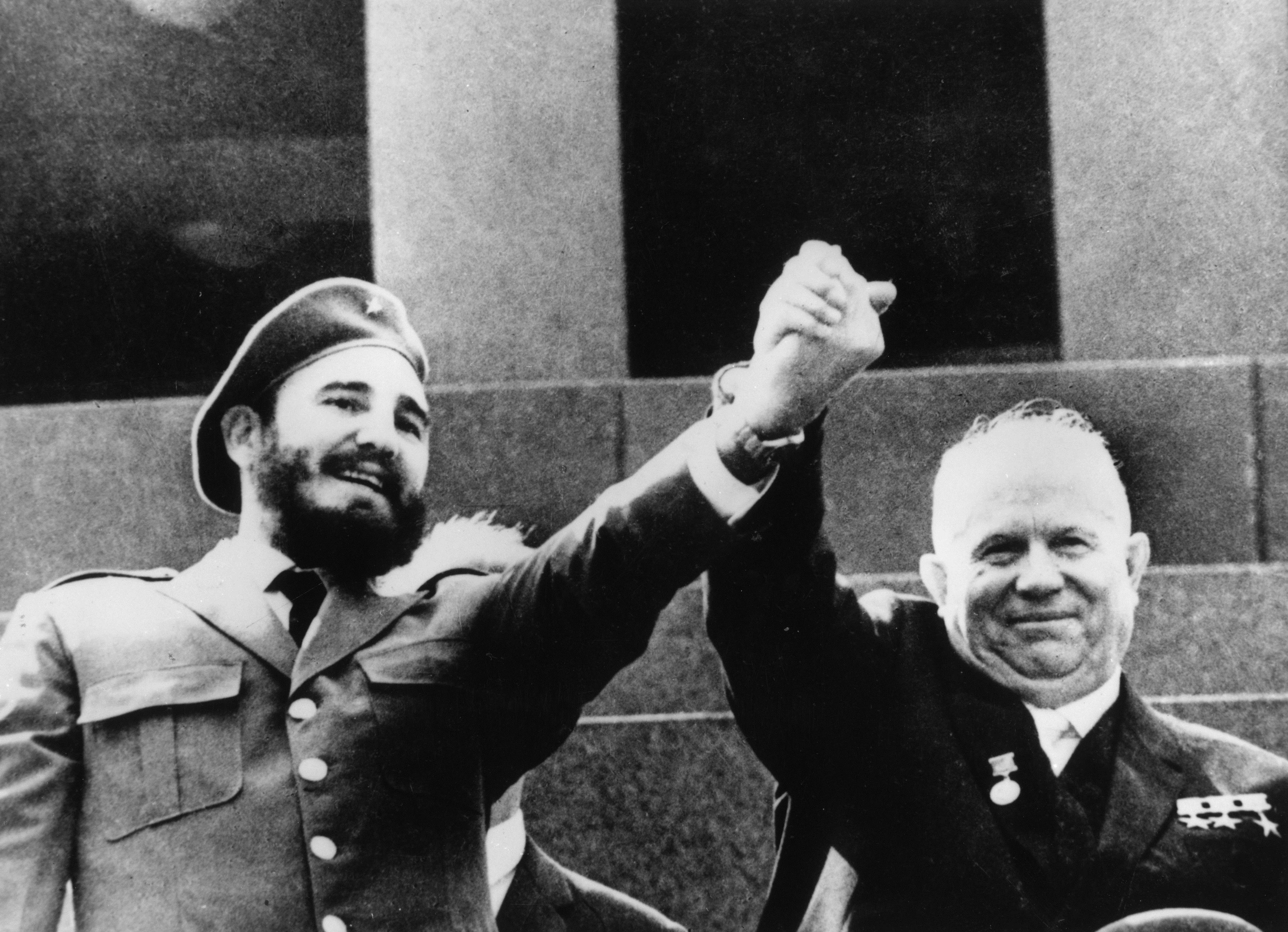 7 май 1964 г. - Фидел кастро и премиерът на СССР Никита Хрушчов в мавзолея на Ленин на Червения площад в Москва.