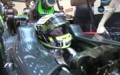 Бътън с реплика на шампионската си каска в Абу Даби