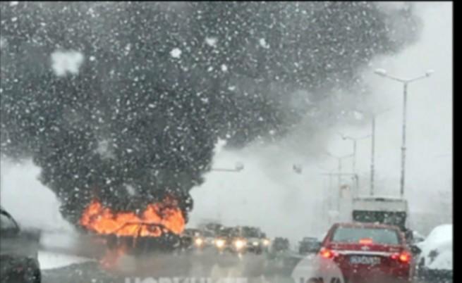Кола се запали по време на снеговалежа