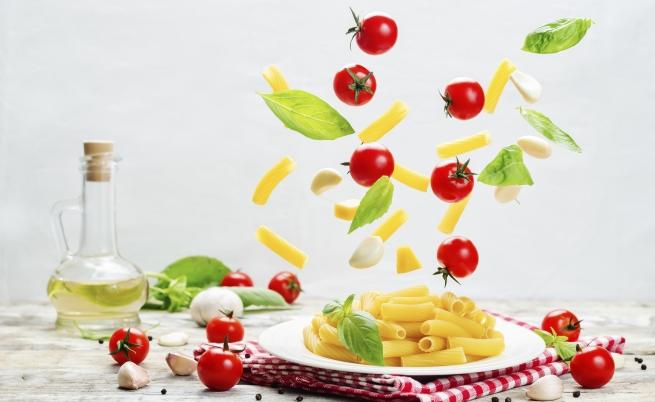 Паста с печени домати, маслини и... трохи