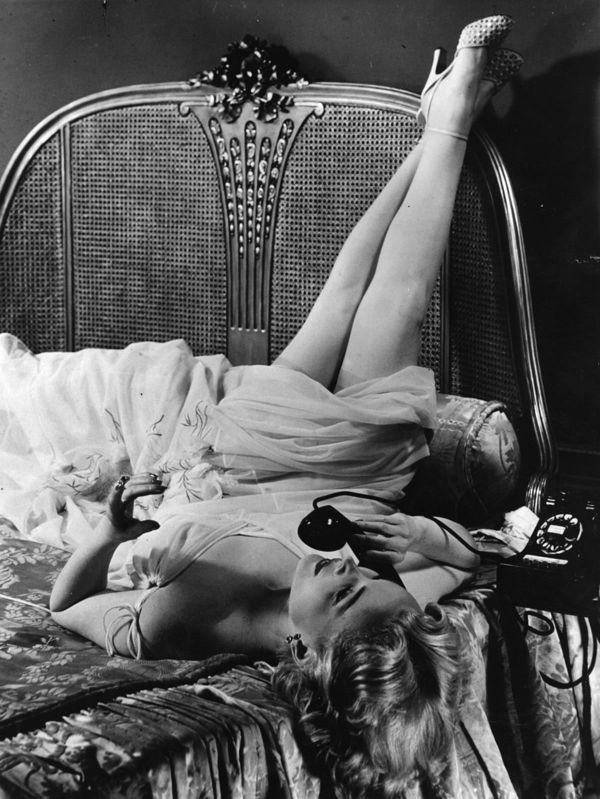 """Холивудската звезда от унгарски произход За За Габор, известна както с екранните си превъплъщения във филми като """"Ние не сме женени!"""", """"Мулен Руж"""", """"Допир до злото"""", така и с бурния си личен живот, почина на 99-годишна възраст от сърдечен удар, след като години наред се бореше с влошено здраве. Вижте неземната ѝ красота в галерията ни"""