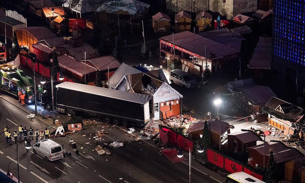12 души са загинали, а 48 са ранени, след като камион се вряза снощи в Коледния базар в Берлин към 20.00ч местно време