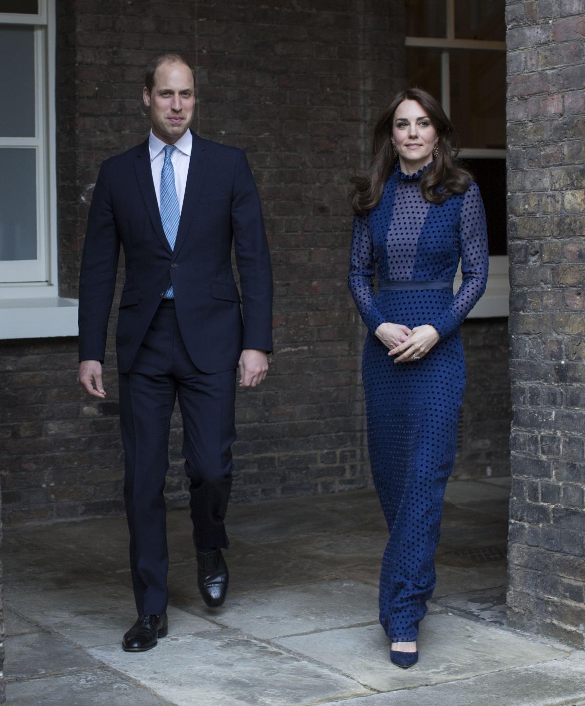 Кейт Мидълтън и принц Уилям в двореца Кенсингтън, облечена в рокля на индийски дизайнер