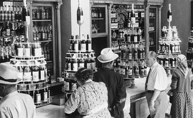 Окло 1950 г., Руснаци се редят на касите в магазин за алкохол, където цените на водката са най-високи.