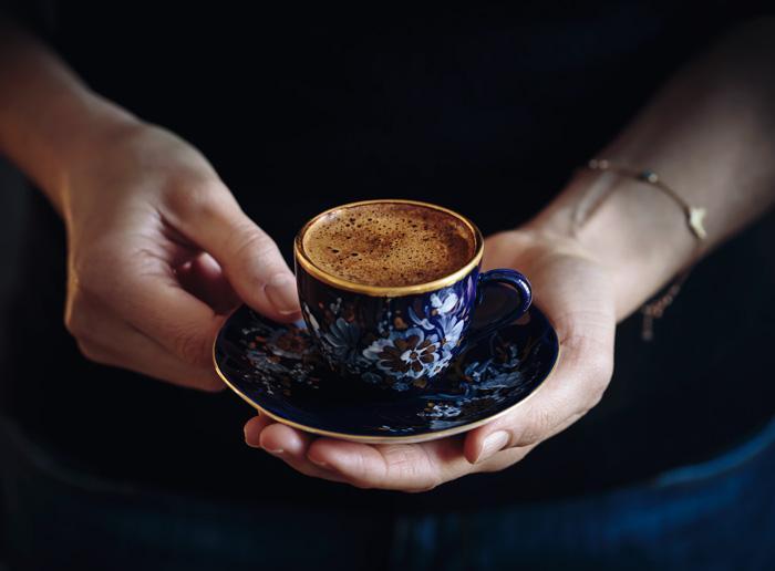 <p>Кафе - Кафето има свойството да потиска апетита. Консумацията на една чаша кафе може да намали желанието за хранене в краткосрочен план.</p>