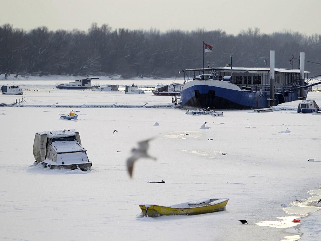 В Сърбия корабоплаването е забранено от два дни заради силния вятър и леда