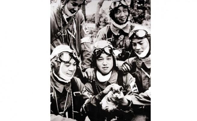 17-годишният Юкио Араки (в средата) и други младежи от 72-ри ескадрон Шинбу в град Кагошима (на възраст 18-19 г.).