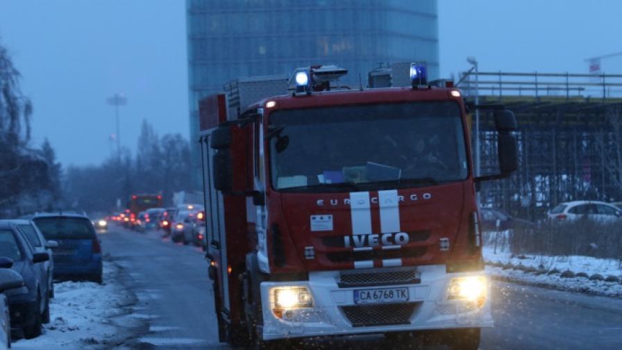 Пожарна кола напуска района на летището след кацането на самолета