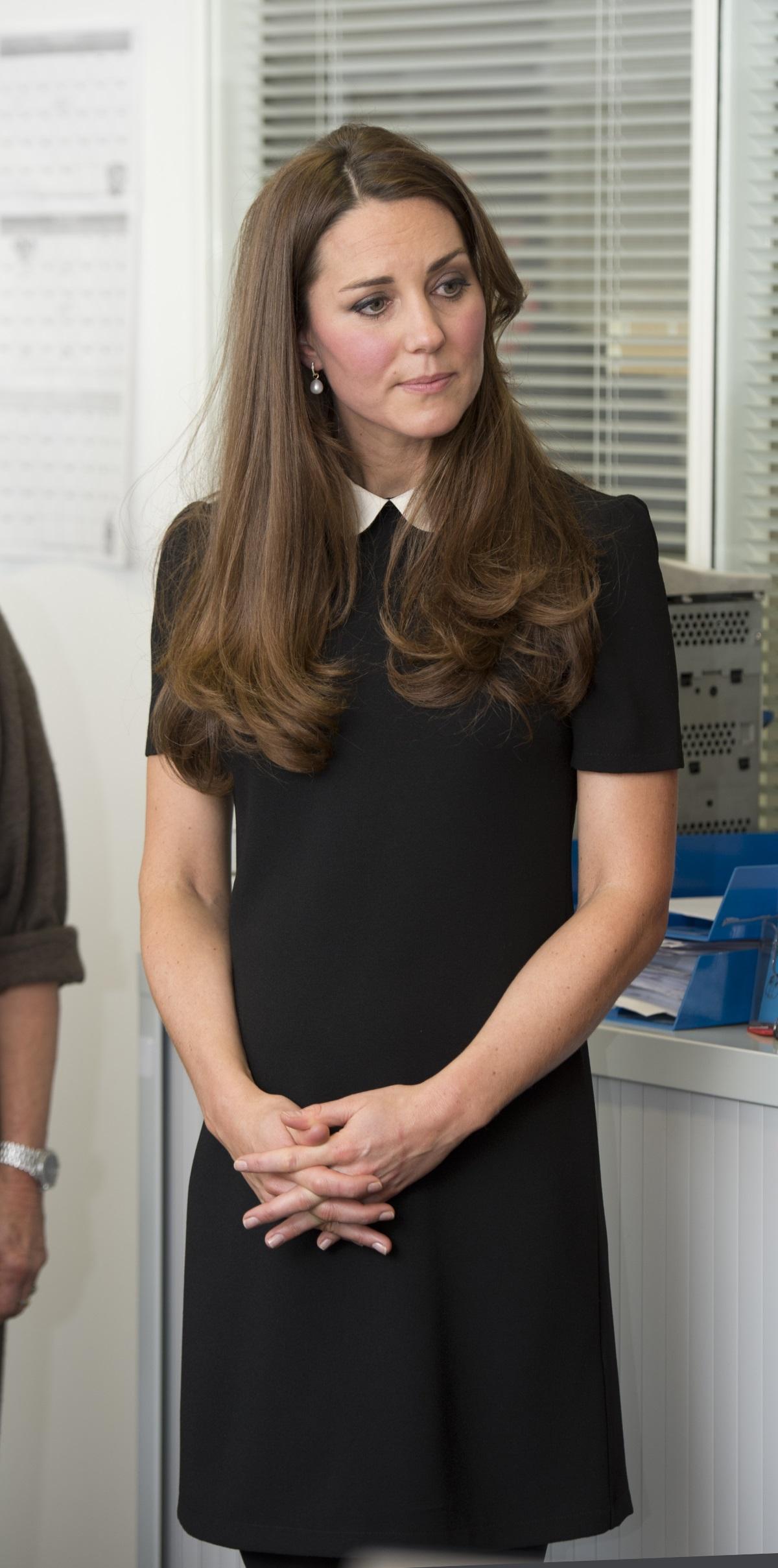 2013 г.: Кейт Мидълтън на посещение на организация за младежи в Лондон. Роклята ѝ е на стойност 45 долара.
