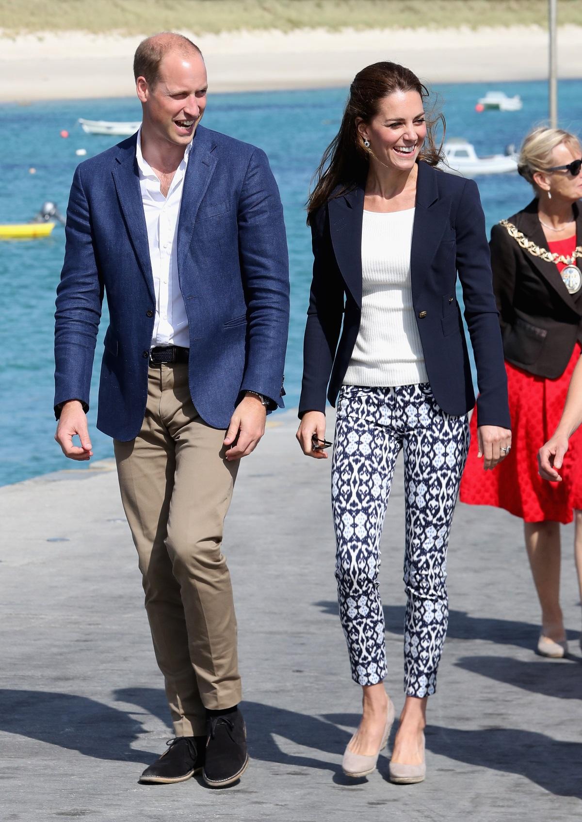 Кейт Мидълтън носи панталони за 23 долара по време на посещението си в графство Корнуолл, заедно със съпруга си през септември 2016 г.
