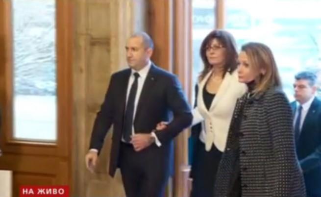 Румен Радев и първата дама влизат в НС