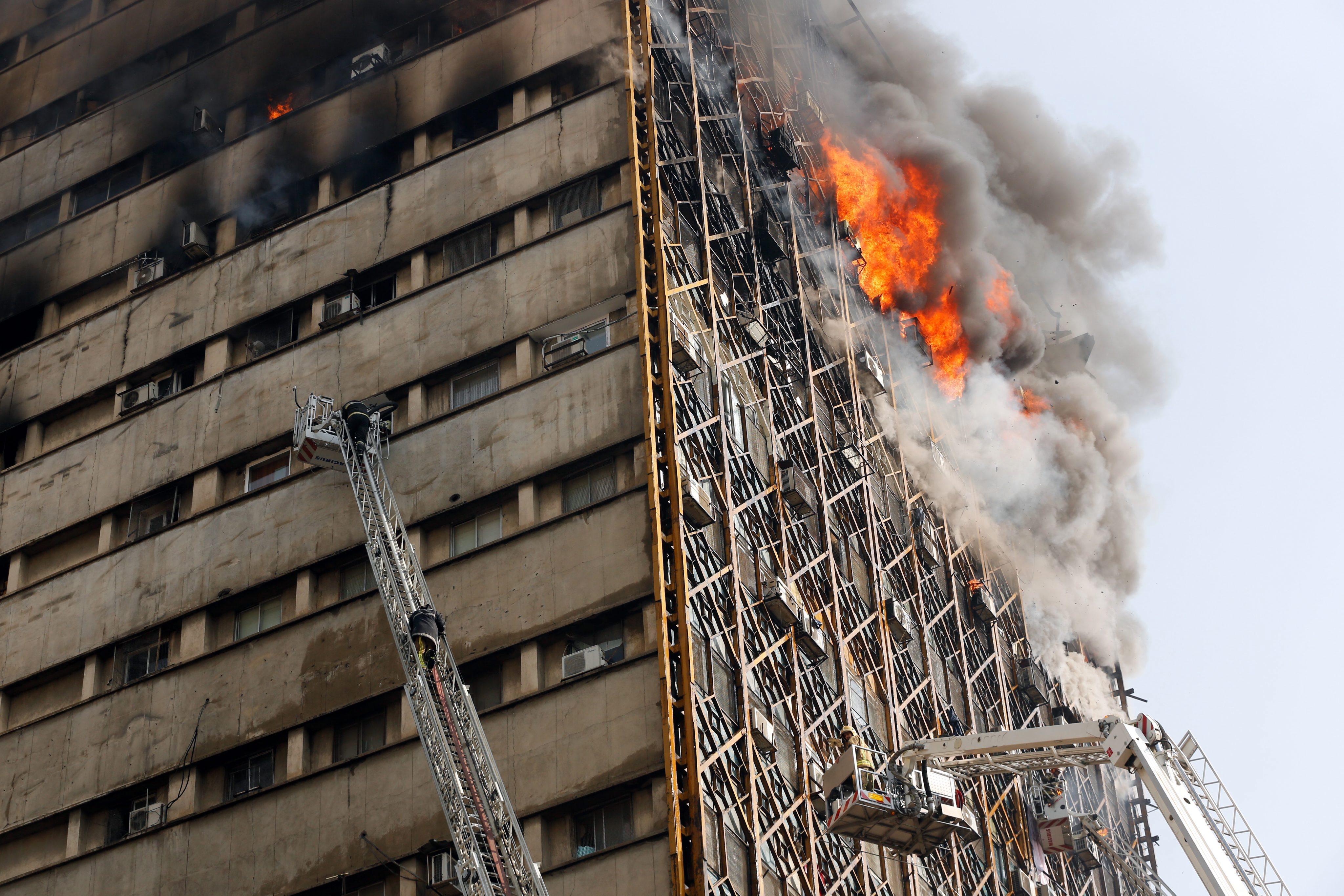 """Над 40 са ранените. Построената през 60-те години 17-етажна сграда """"Пласко"""" е най-старата висока постройка в страната"""