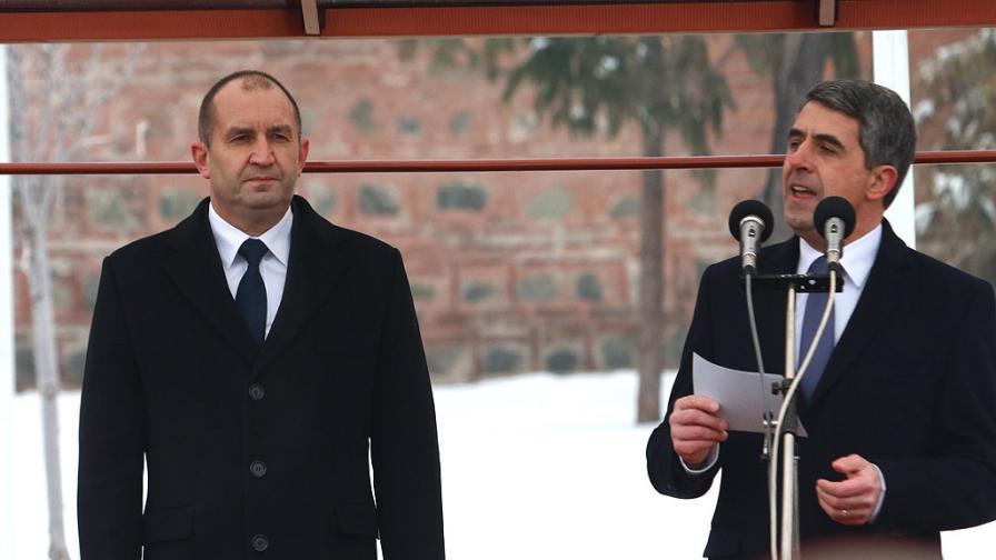 Румен Радев и Росен Плевнелиев при церемонията по встъпване в длъжност на новия президент по-рано тази година.