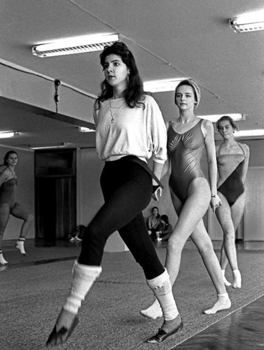 Момичетата се учат да ходят по подиум.