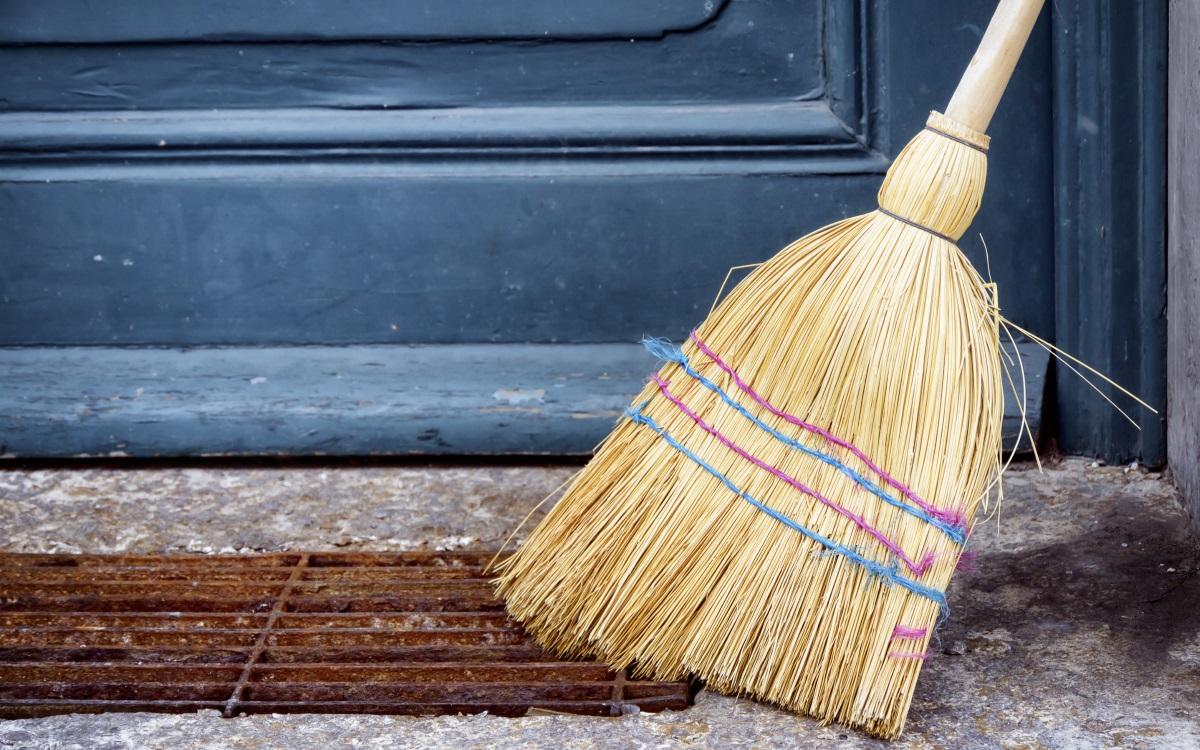Метли и четки.<br /> Точно както четките за грим, домакинските метли и четки също трябва да бъдат почиствани - или с прахосмукачка, или като ги накиснем в сапунен разтвор.