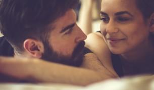 Двойка достига до невероятни оргазми само с... гушкане