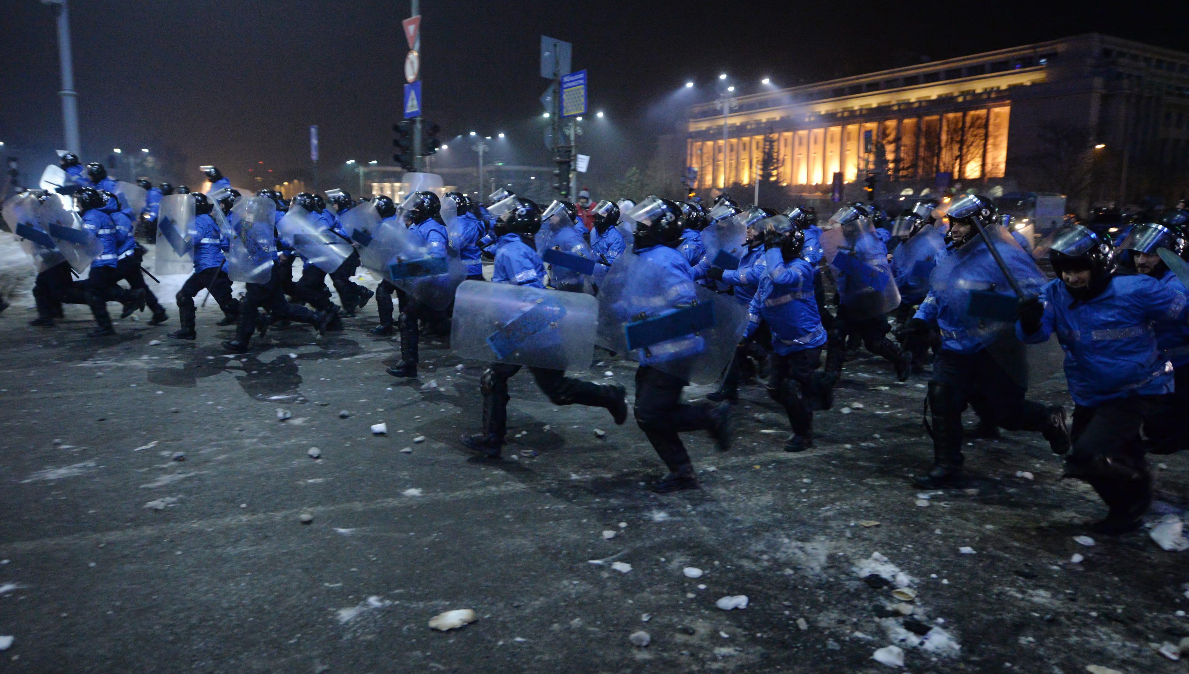 Протестиращите влязоха в свирепи сблъсъци с полицията в Букурещ в сряда вечерта, след ден на огромни, но мирни демонстрации срещу промени в наказателния кодекс, който ще смекчат антикорупционното законодателство в страната и ще позволят амнистиране на политиците в затвора
