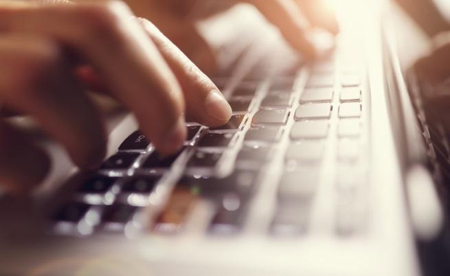 Клавиатурите.<br /> Клавиатурата на лаптопа или компютъра ни трябва да получава специално внимание при дезинфекцията, имайки предвид колко често работим с нея. Клавиатурата има 400 пъти повече бактерии, отколкото седалката на тоалетната чиния.