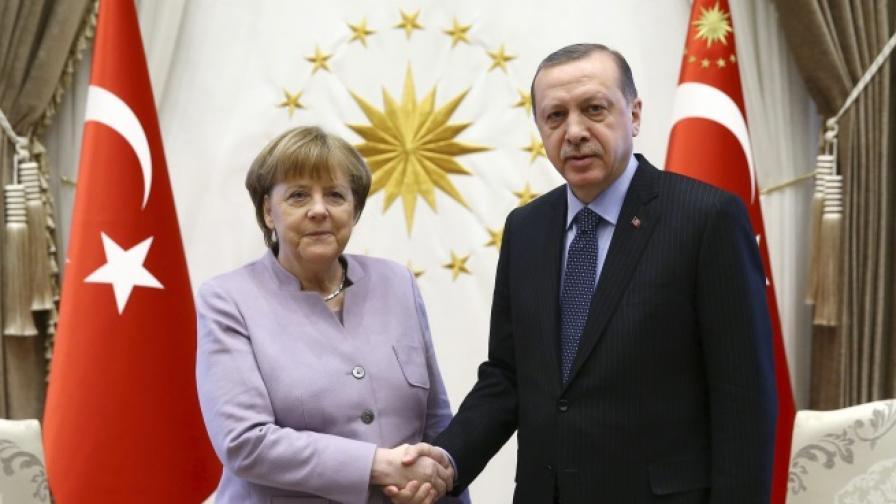 Ердоган с удар срещу Меркел, тя призова да не се намесва