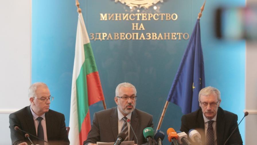 Д-р Илко Семервдиев (в средата) представи наследството, оставено му от бившия вече министър на здравеопазването Петър Москов