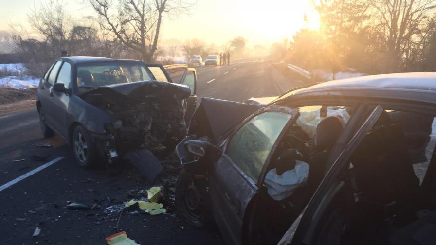 Тежка катастрофа тази сутрин прати трима души в болница
