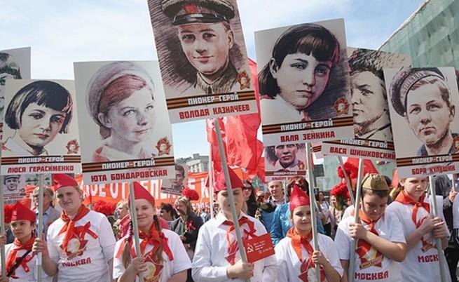 9 май 2015 г., Москва, Русия/, Млади пионери отдават почит към децата, загубили живота си по време на Втората световна война.