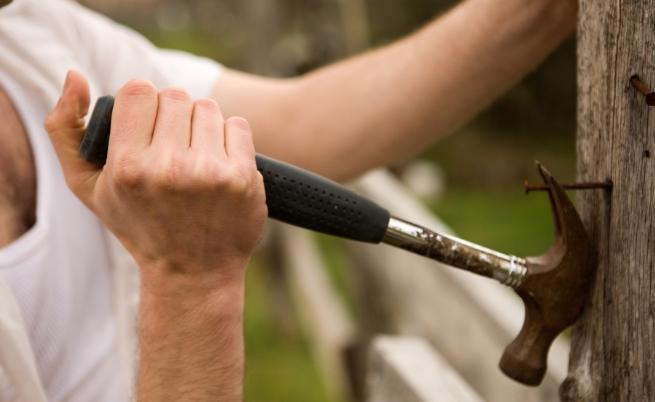 Влюбен пенсионер руши дома си, защото жена му го напуснала