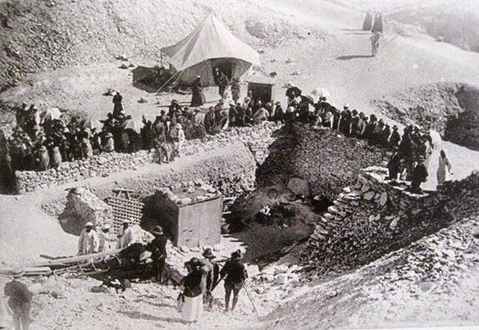 """Процедурата по изследване на мумията на Тутанкамон е предшествана от ожесточени спорове и """"битки"""" между учените и общественото мнение– изследователите държат да изнесат мумията от гробницата и да я изследват в Кайро, което обаче предизвиква бурни протести сред египетското население. Първоначално учените се отказват от плановете си за мумията, но след това достигат до компромисен вариант, удовлетворяващ и двете страни– изучаването на мумифицираните останки на Тутанкамон да се извърши в самата гробница."""