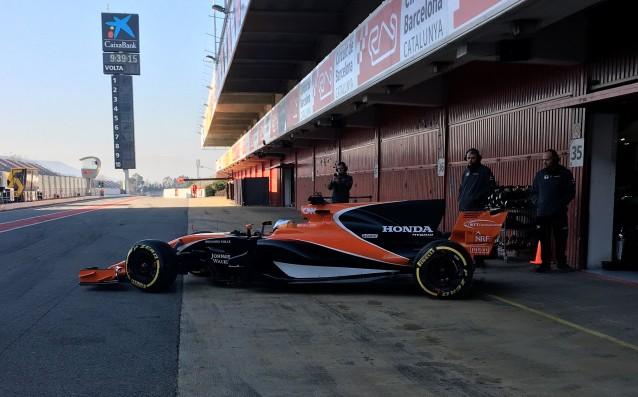 Първите метри на новия Макларън източник: twitter.com/McLarenF1