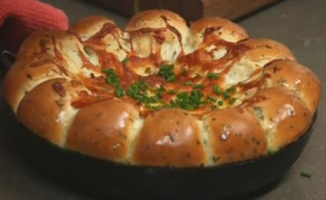 Хлебчета с печен дип от сирена
