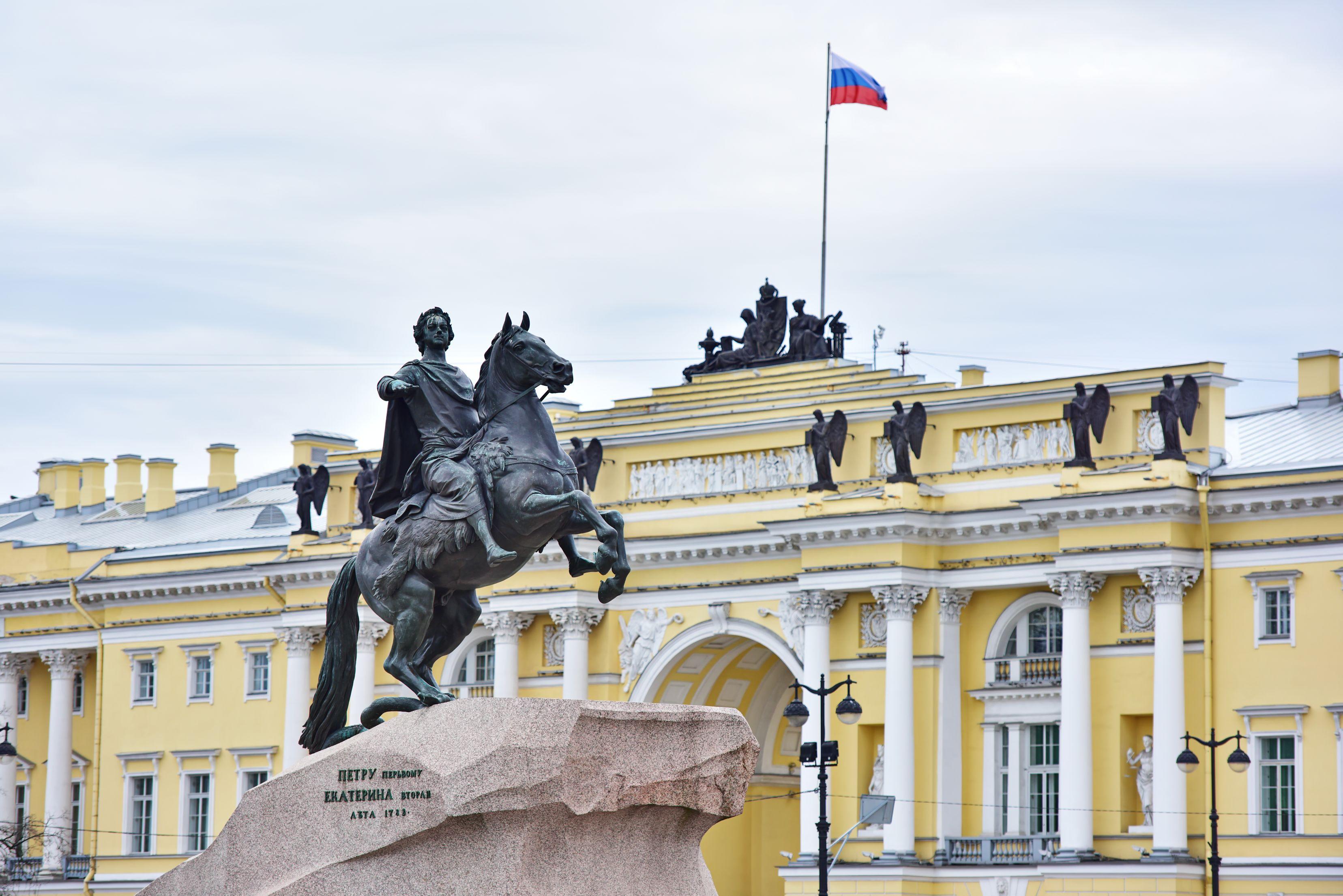 """Санкт Петербург е известен още като """"Венеция на Севера"""" заради дворцово подредените си водни пътища. Той успява да избегне нахлуването на сталинисткия архитектурен стил, а грандиозните останки от царските времена си стоят непокътнати. Изваян от островчета и от криволичещата река Нева, градът е перспектива с геометрична елегантност."""