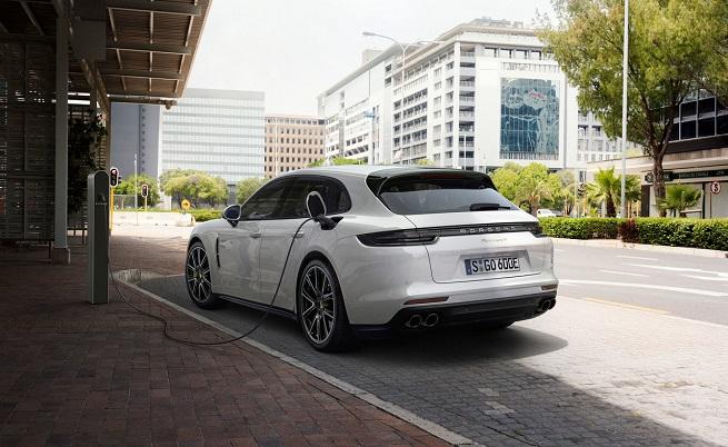 """Хибридното Panamera 4 E-Hybrid Sport Turismo струва """"само"""" 112 075 евро."""