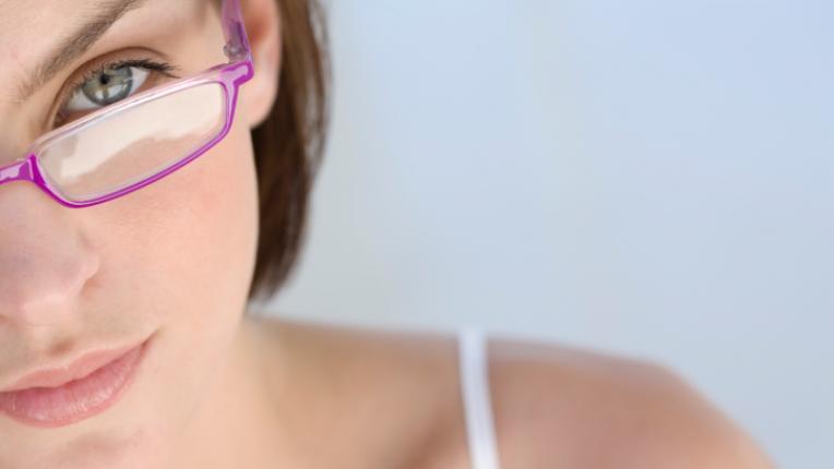 очила жена поглед