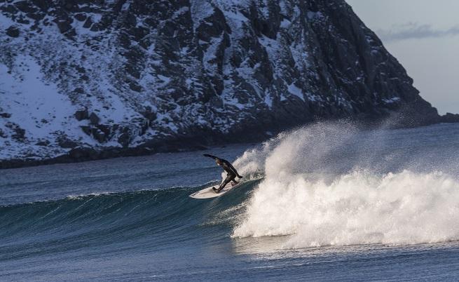 Сърфингът във водите на Норвежко море е атракция, която е малко трудно да осмислиш рано сутрин, виждайки 10-ина ентусиасти на дъски.
