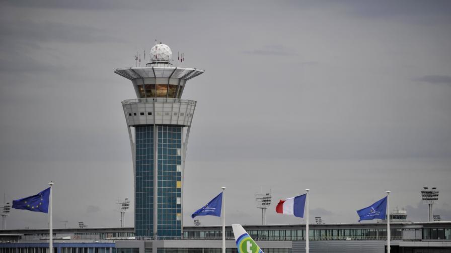 Стрелба в Париж, евакуираха летище, търсят експлозиви