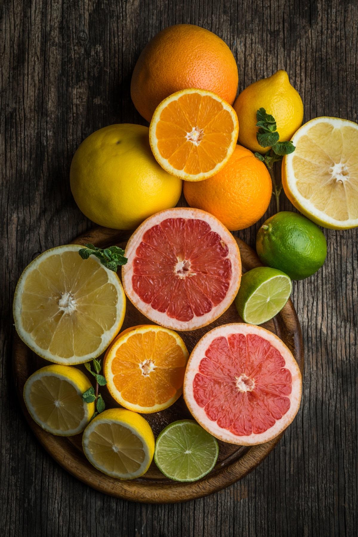 Цитрусови плодове - подобно на доматите, цитрусите повишават киселинността в стомаха и могат да доведат до гастрит.<br />
