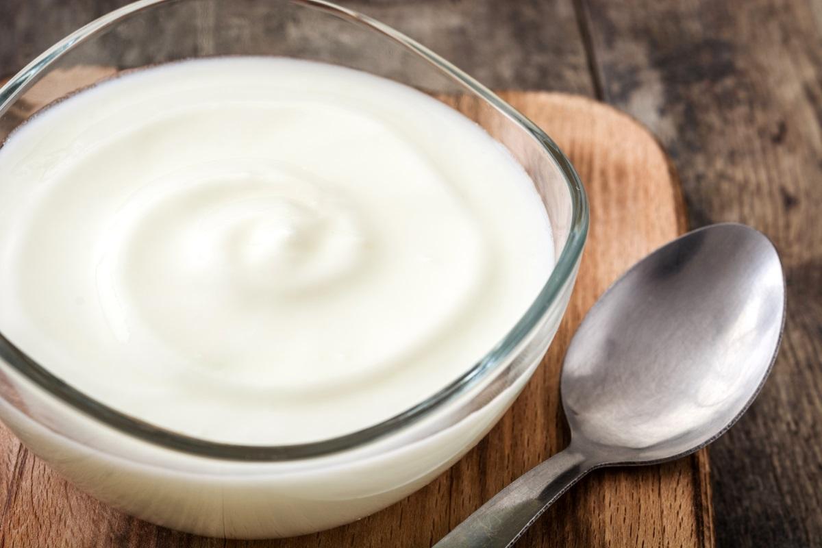Кисело мляко - не е вредно, но е безполезно .Най-важното нещо в този продукт са живите бактерии, които помагат на храносмилането. Те работят само на пълен стомах, в противен случай биват убивани от стомашния сок.