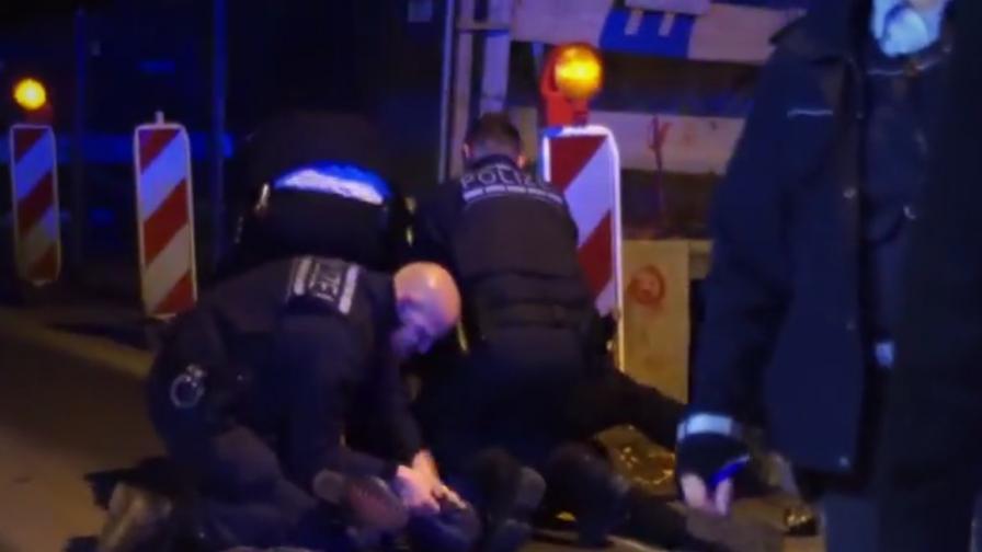 Вижте, германски полицаи пребиват човек за цигара
