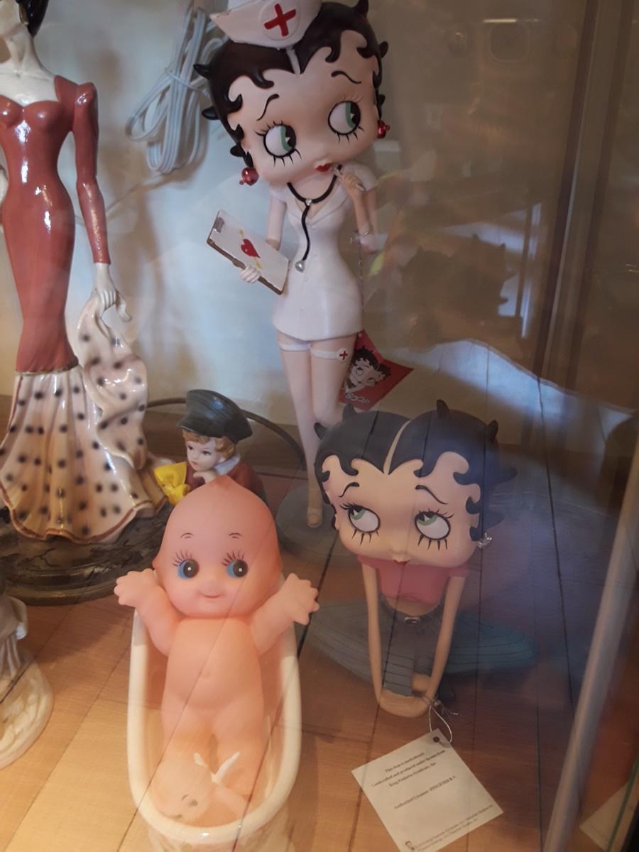 Бети Бууп - тези кукли са уникални, защото няма други такива. Може да има още 10 или 20 Бети Бууп, които седят с кръстосани крака, но никоя от тях няма да носи същите дрехи и със сигурност някой детайл ще се различава. Те са много ценни, именно защото са редки и уникални.