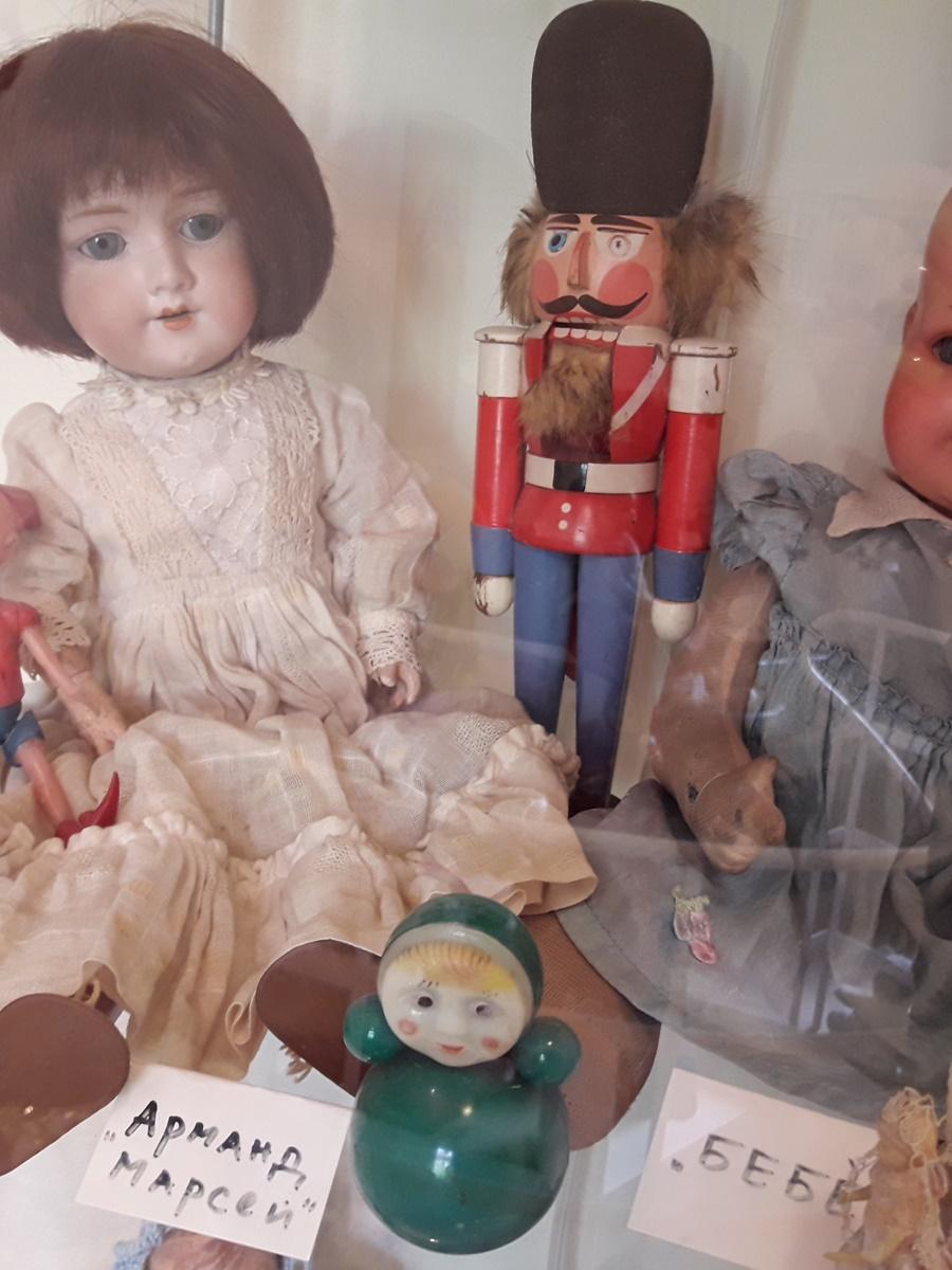 """Гертруда е най-старата кукла в музея на <a href=""""http://www.arthouse-kuklite.com/index.php?page=nachalo"""">арт-къща """"Куклите""""</a>. Тя е на около 150 години, но ще остане завинаги млада, защото за нея времето е спряло и цари вечно детство."""