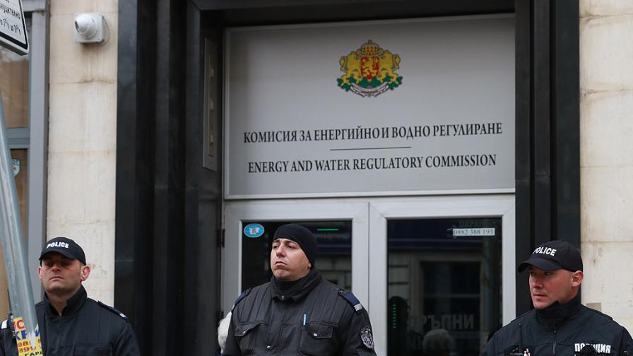Прокурори и ДАНС влязоха в КЕВР