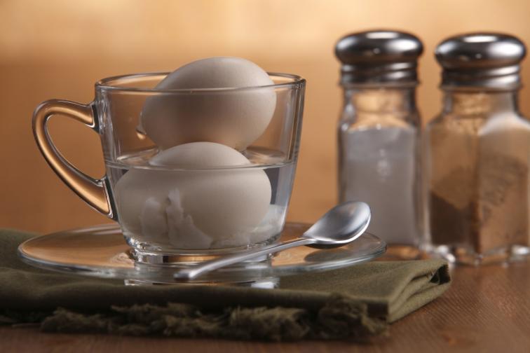 4. Добавете поне 1 с. л. сол във водата, в която варите яйцата. Не слагайте оцет. Той прави черупките по крехки.