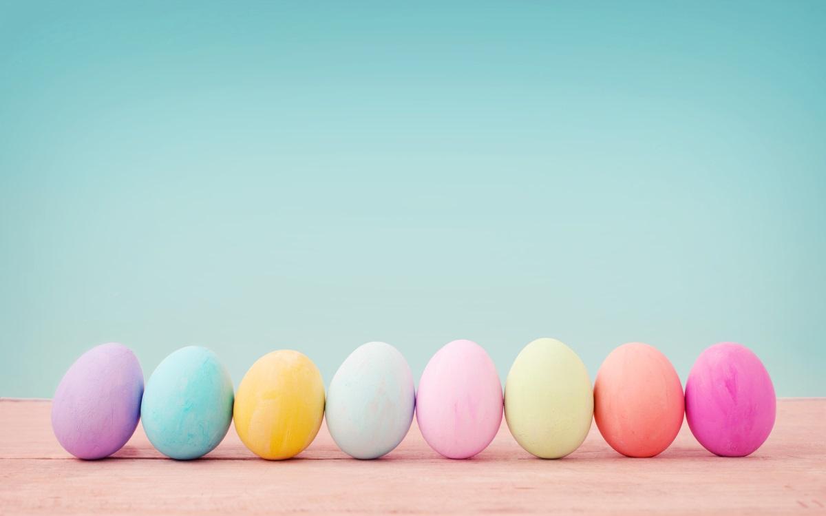 С памук - върху разстлано парче памук капваме по малко от различните цветове бои и завиваме с него яйцето, така че да прилепне плътно. След няколко минути махаме памука - получават се непредвидени и неповторими украски.