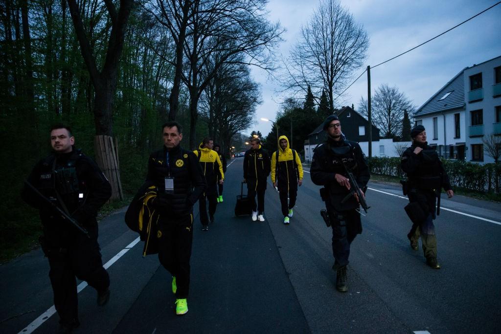 Ескортираха футболистите на Борусия след инцидента<strong> източник: Gulliver/GettyImages</strong>