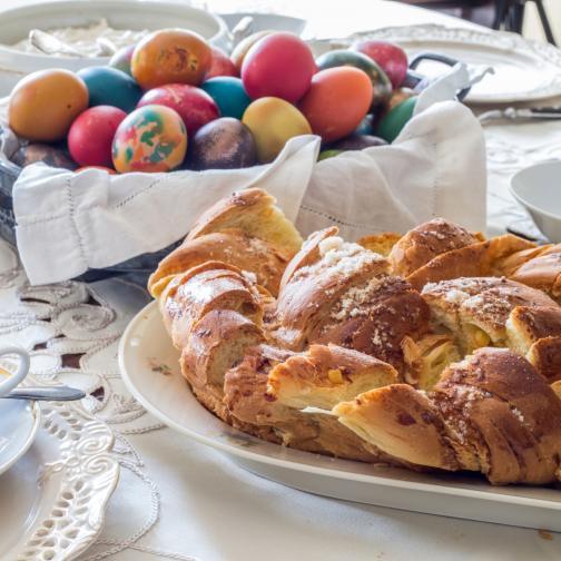 3.У нас по традиция на Велики четвъртък се замесват и козунаците за празника. Козунакът е сладък обреден хляб, който символизира тялото на Иисус Христос така, както боядисаните в червено яйца символизират кръвта му.
