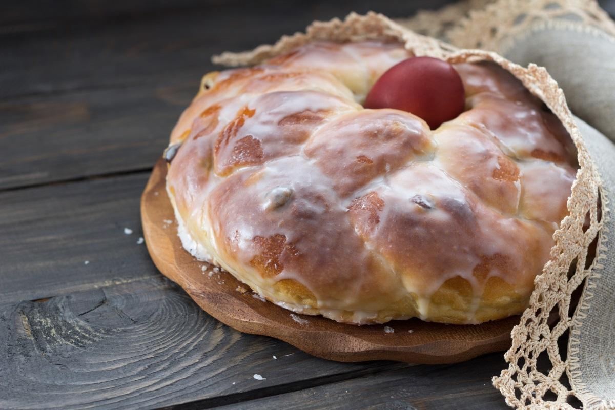 2. На Велики четвъртък се подновява квасът и се замесва тестото за великденските хлябове. Те носят най-разнообразни названия из България. Обикновено се украсяват с нечетен брой червени или бели яйца и с усукано около тях тесто. Жените приготвят и по-малки великденски хлебчета, с по едно червено яйце в средата, които се дават на първия гостенин, на кумовете и на роднини.