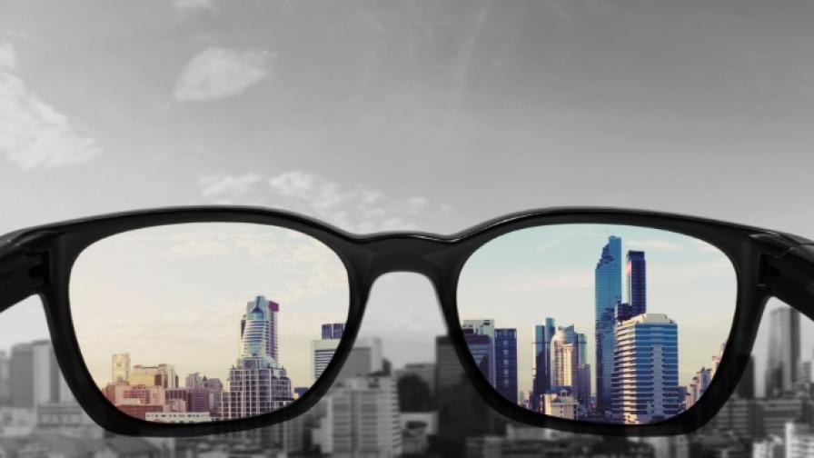 Защо в Япония забраниха на жените да носят очила