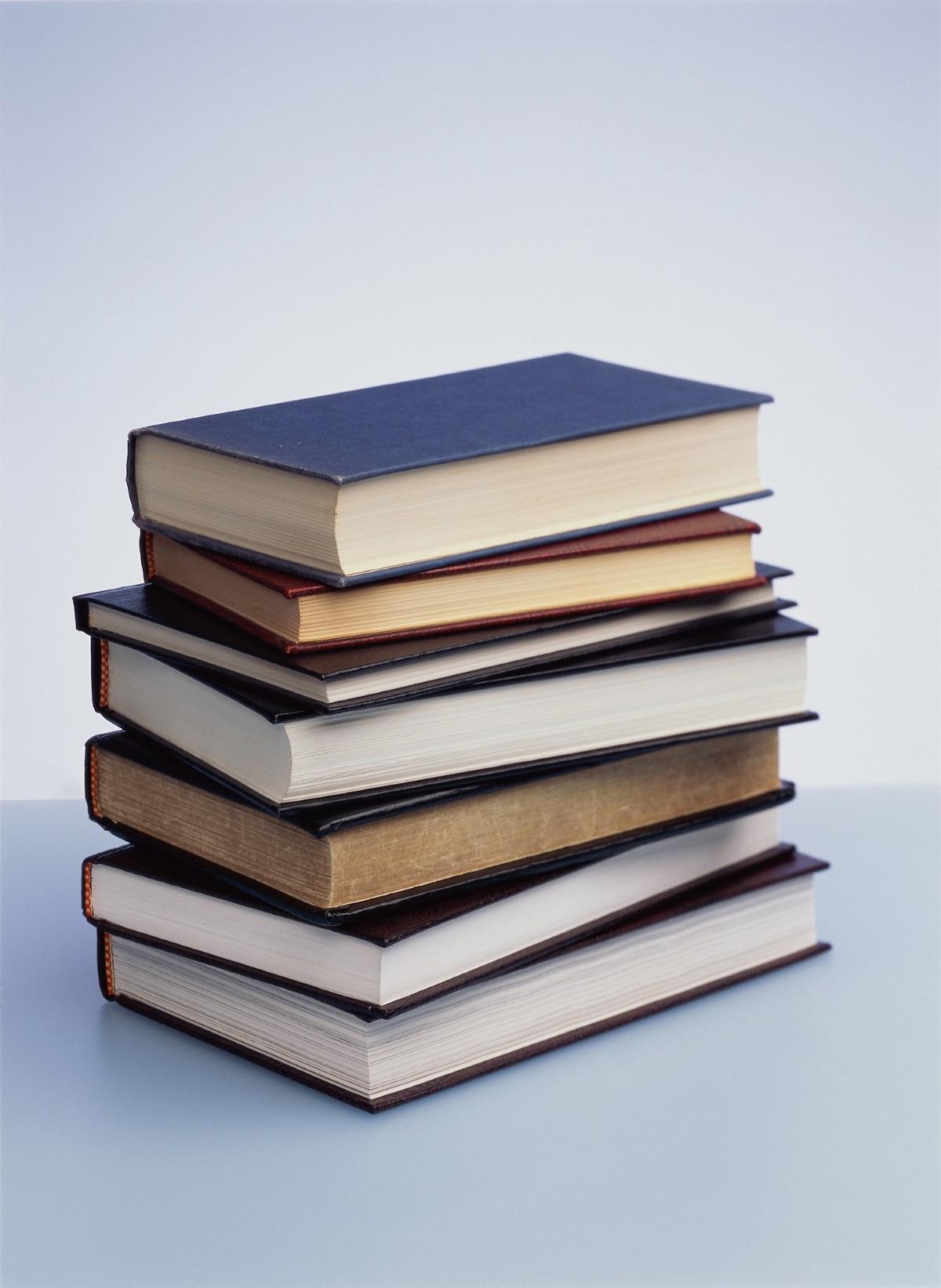 5. Книги с дебели корици. Ако нямате практиката да четете на таблет или на телефона си, вземете някоя от любимите си по-тънки книжки, но оствете тежките и обемни книги в библиотеката у дома за няколко дни.