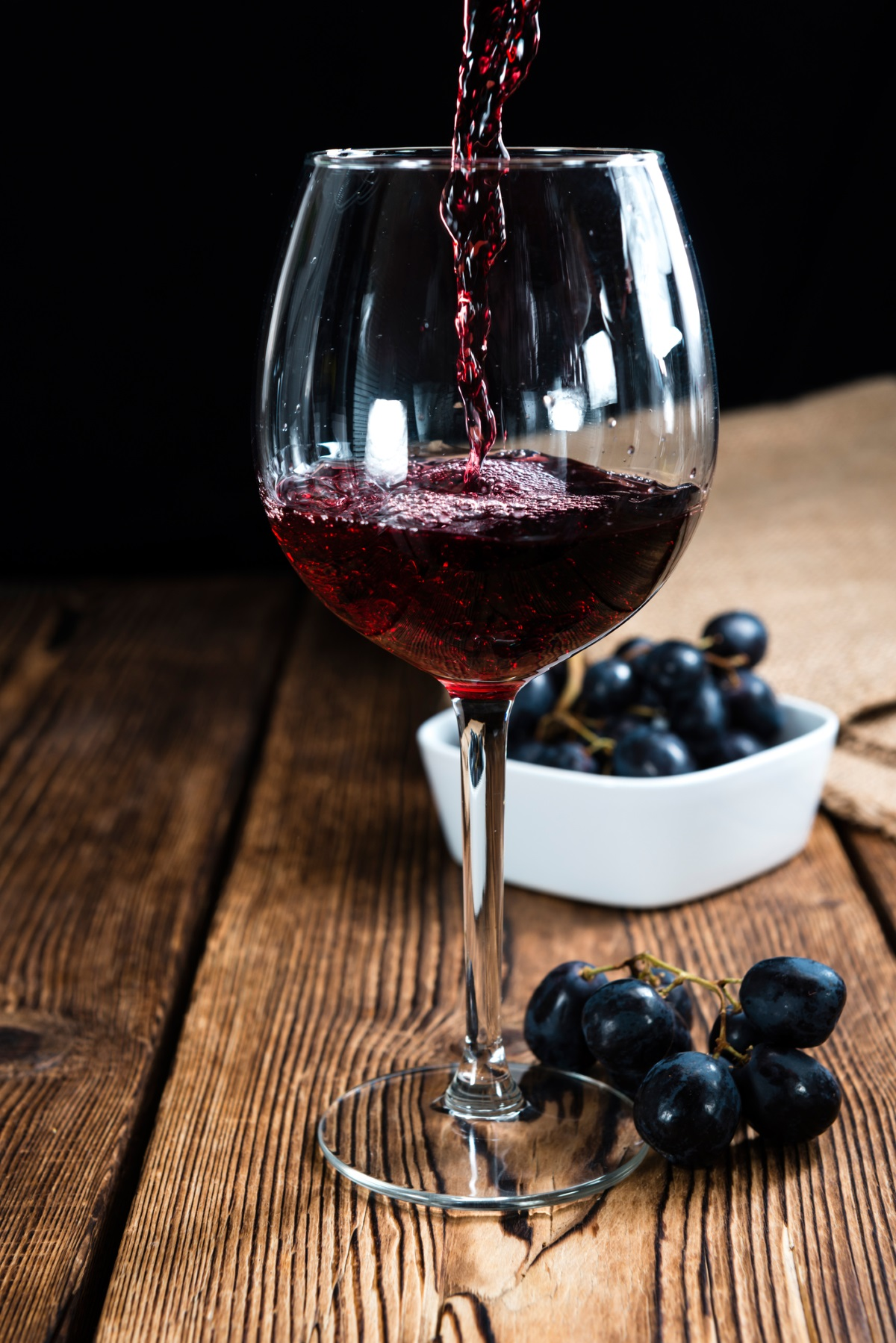 Червено вино<br /> <br /> Виното и като цяло алкохола само могат да засилят стреса. Въпреки че чаша вино или уиски може да се почувства първоначално, че ви помага да успокоите тревожния си ум, изследванията показват, че тази стратегията може да се отрази дългосрочно. Няколко питиета преди лягане могат да причинят проблеми със съня, колебания на кръвната захар и дехидратация - всичко, което може да увеличи хормоните на стреса още повече.