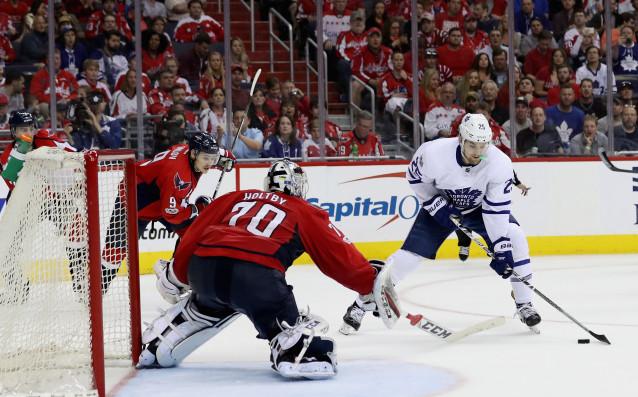Джеймс ван Риймсдик от Торонто опитва да преодолее вратаря Брейдън Холтби.<strong> източник: Gulliver/Getty Images</strong>